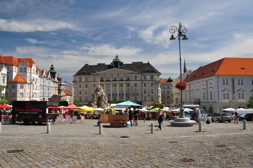 Letošní sčítání připomíná vyvěšený moravský znak na brněnské soše Odvahy