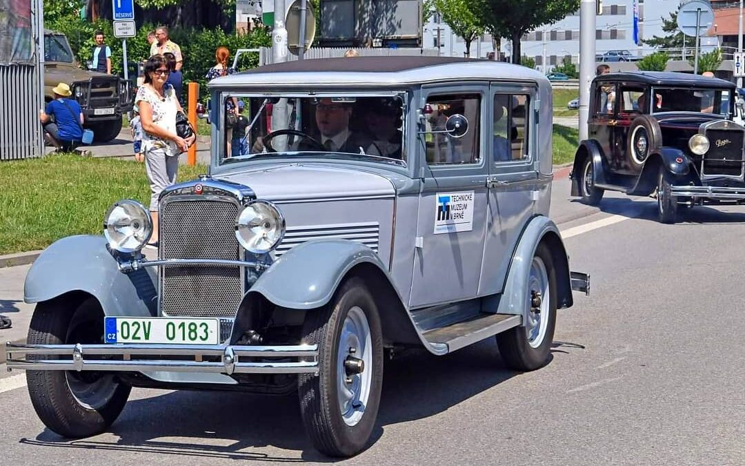 Centrem Brna projede více než 25 historických vozidel