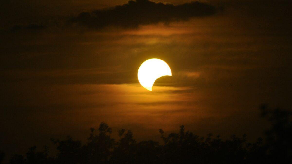 Nad Českem dnes uvidíme zatmění Slunce