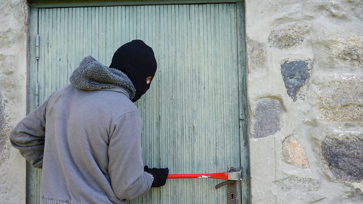 Zloděj se v Brně vloupal neúspěšně, ukradl alespoň hlínu